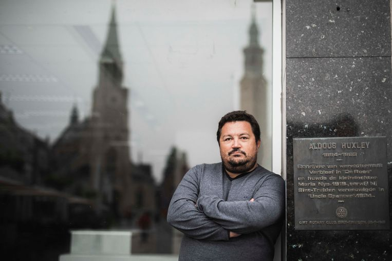 De Truiense journalist Dirk Selis van Trudocs kreeg donderdagavond de speurders op bezoek in het kader van het lek over Veerle Heeren.  Beeld Karolien Coenen