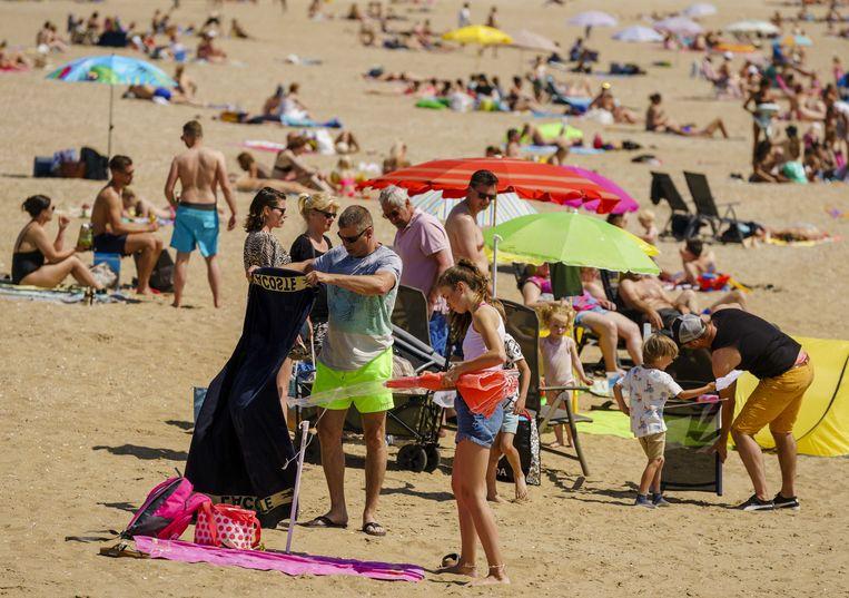 Drukte op het Quackstrand bij Hellevoetsluis op Hemelvaartsdag. Vanwege het mooie weer trekken mensen op hun vrije dag richting de Nederlandse stranden.  Beeld ANP