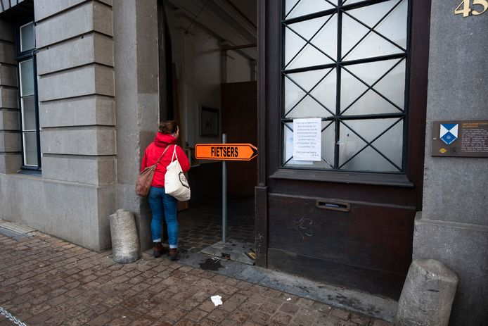 De doorsteek tussen de Lange Gasthuisstraat en de Leopoldstraat wordt frequent gebruikt door voetgangers en fietsers.