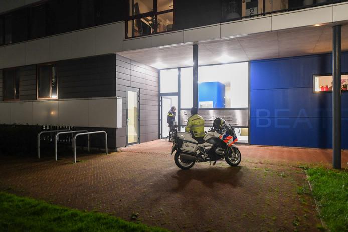 Politie bij het appartementencomplex aan de Koninginneweg in Bodegraven, waar een 40-jarige man onder verdachte omstandigheden om het leven is gekomen.