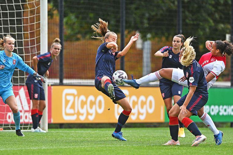 Gevaarlijk moment voor de goal van Twente, Chasity Grant kan de bal net goed genoeg raken om op gelijke hoogte te komen. Even later was het wel raak.  Beeld Guus Dubbelman / de Volkskrant
