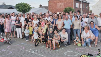 Bewoners van Boterhoek steken barbecue aan op gezellig buurtfeest