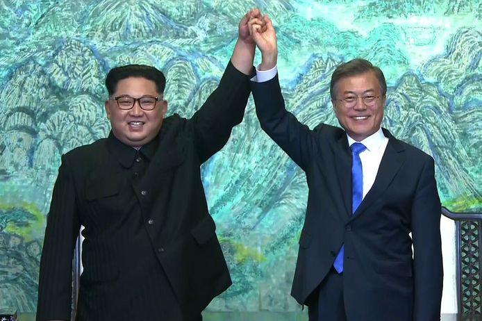 Na het tekenen van de intentieverklaring om een einde te maken aan de oorlog tussen beide Korea's gaven de twee leiders op deze manier uiting aan hun geluk.