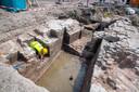 Archeologen graven nieuwe stukken bloot van de dwangburcht van de Hertog van Gelre en de Peelenpoort in Harderwijk, zoals deze voormalige munitieopslagkelder van de dwangburcht.