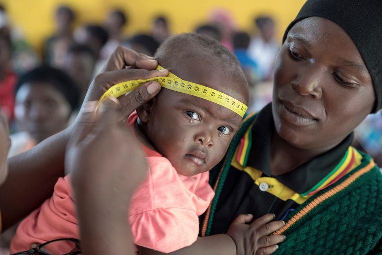 Maandelijkse check in Kigali. De groei van kinderen tot 5 jaar wordt zo in de gaten gehouden. Beeld Sven Torfinn