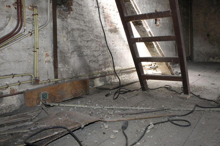 De resten van de honderden kilo's duivenstront op de zolder van het stadhuis werden in 2014 verwijderd.