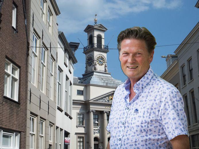 Piet Sleeking met het stadhuis van Dordrecht op de achtergrond.