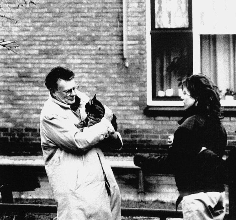 Kosto en kat overleefden de bomaanslag op zijn huis in 1991. Beeld ANP
