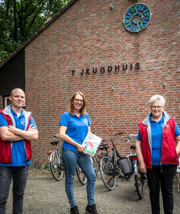 Koen Verheijen, Fanny van Mierlo en Francien Bergmans van Kindervakantiewerk maakten vorig jaar bij de afgelasting door corona een doe-boek voor de kinderen.