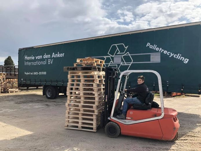 Stef Leenders, vrijwilliger van Veghel in Hout, lost de eerste pallets voor het bouwdorp.