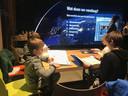 Leerlingen van de Ruimtevaarschool in de LocHal leren hoe ze een goede astronaut moeten worden.