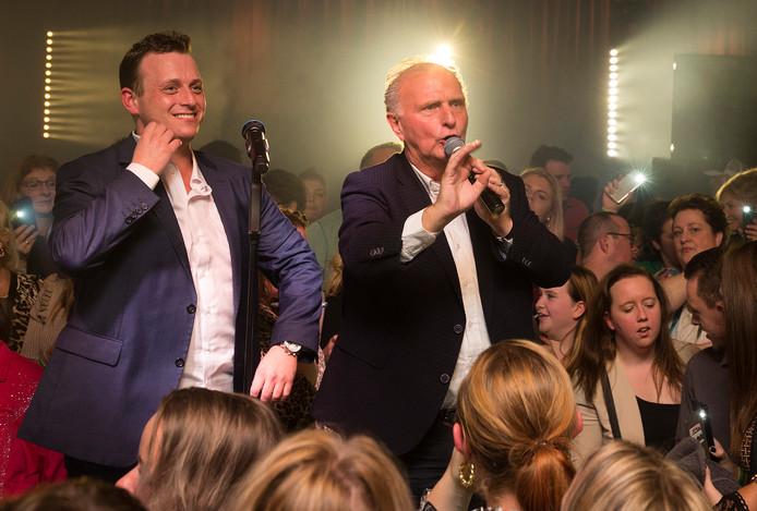 Joey Hartkamp met zijn vader Emile op het podium tijdens de releaseparty in Westervoort.
