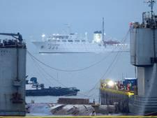 Rampboot Sewol in Zuid-Korea deels boven water