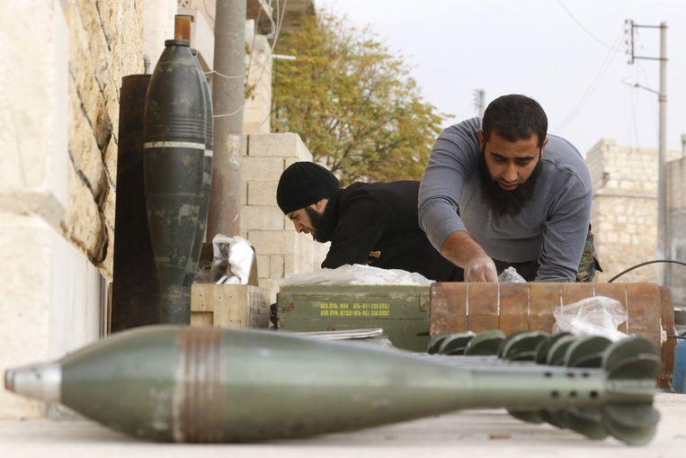 Strijders van het Vrije Syrische Leger bereiden een mortieraanval voor in de Handarat-regio, dat in handen is van het regime. Beeld reuters
