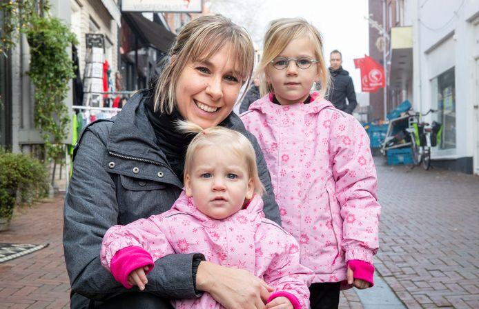 Ycke Thijssen met dochters Tess en Evi.