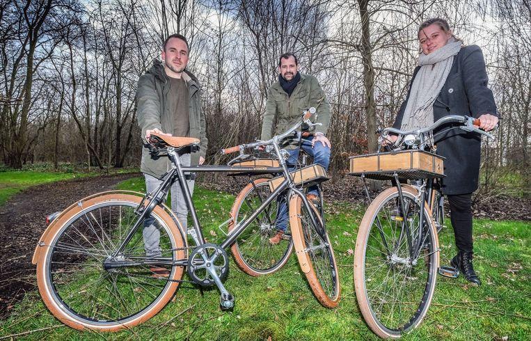 Van links naar rechts: Bart Uytenhove, facility manager bij Vyncke, Bart Vanhauteghem die de fietsen maakte, en Emma Vanpoucke, project manager bij Vyncke.