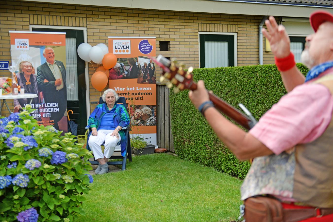 Anke van der Linden geniet van de Hartenwens: het optreden van troubadour Rob Krot uit Heino, gebak en champagne.