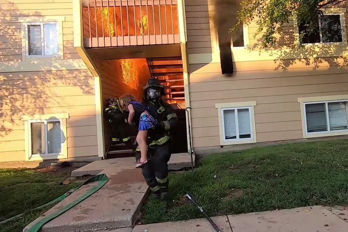 Un pompier du Kansas a sauvé une petite fille d'un incendie.