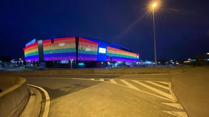 De Ghelamco Arena licht op in regenboogkleuren.