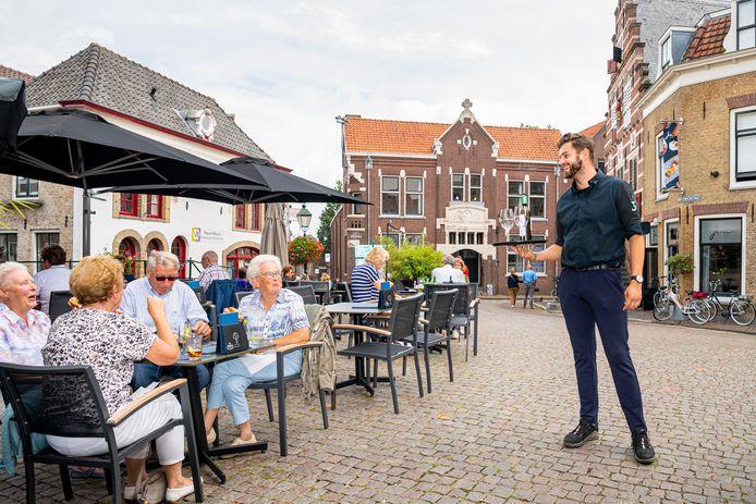 Een autovrije Visbrug in Oudewater zou de terrassen van de aangrenzende horeca ten goede komen. Laurens van Adrichem van etablissement 3 Keuken & Bar ziet de voordelen wel.