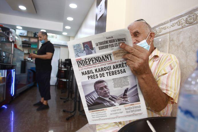 Een man leest de krant in de Algerijnse hoofdstad Algiers. Beeld van eind vorige maand.