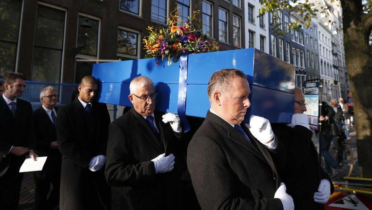 De kist met het lichaam van Seth Gaaikema wordt de Amsterdamse Westerkerk uitgedragen. De cabaretier werd in de kerk in een speciale dienst herdacht. Gaaikema overleed vorige week op 75-jarige leeftijd. Beeld ANP