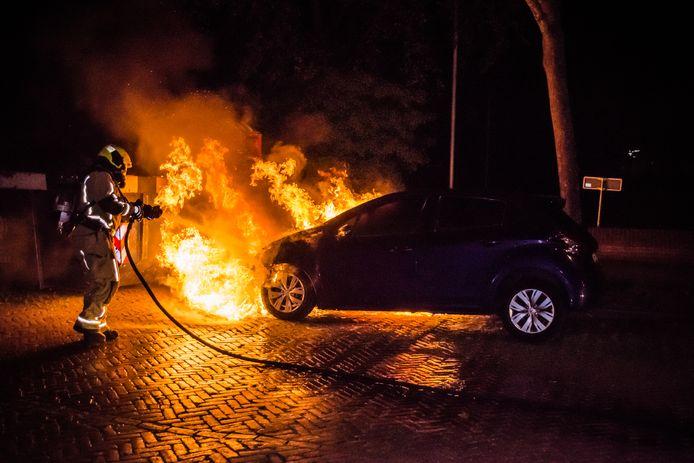 Een van de auto's die Shiefajet S. in brand stak. Deze is op 20 juni in de Koningin Wilhelminalaan in Leidschendam in vlammen opgegaan.