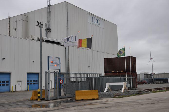 Aan de ingang van het bedrijf waar het schip lag, wappert de Braziliaanse vlag.