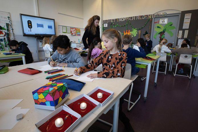 Kinderen van groep 6b van basisschool de Reigerlaan in Eindhoven bezig met het Glow Kids-project.