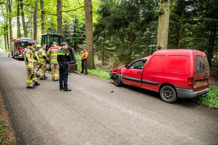 De automobilist van de bestelauto sloeg op de vlucht na de aanrijding met de tractor in Drempt.