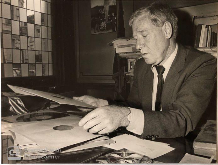 John met grammofoonplaten van Jan Moedwil, de stem van Radio België, die verboden was tijdens de bezetting.