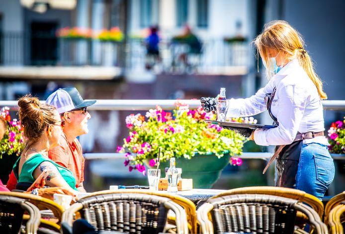 De toeristen weten de Dordtse terrassen en leuke plekken goed te vinden.