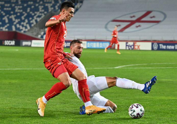 Guram Kashia (in het wit) duelleert namens Georgië met Eljif Elmas van Noord-Macedonië. De voormalige Vitessenaar droomde van een EK met Oranje, maar werd met de Georgische nationale ploeg uitgeschakeld.