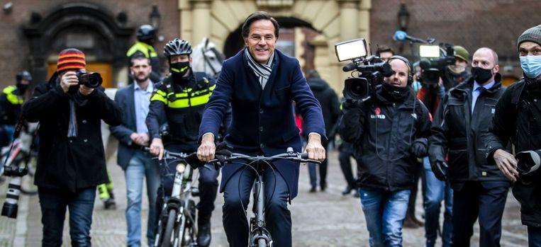 Demissionair premier Mark Rutte vertrekt op de fiets naar koning Willem-Alexander na de ministerraad over de toeslagenaffaire op het Binnenhof.  Beeld ANP