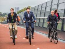 Fietsviaduct over A4 klaar: 'Fietsers kunnen nu sneller naar Ypenburg en Delft'