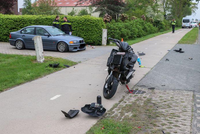De gehavende scooter na de aanrijding met de BMW net buiten Emmeloord.