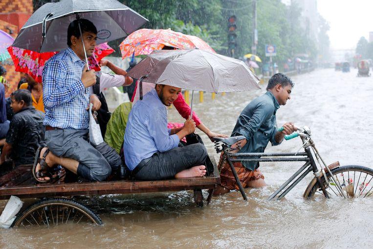 Bangladesh had te maken met zeer hevige regenval tijdens de moesson, die een maand langer aanhield dan normaal. Beeld EPA