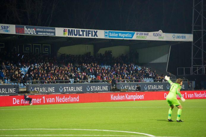 Een volle tribune in het Jan Louwers Stadion.