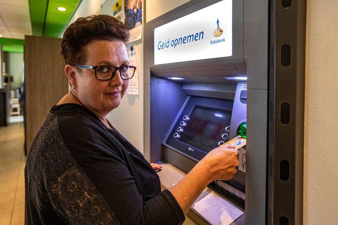 Renate van den Breemen is bang dat de enige pinautomaat in het bijna 3000-mensen tellende dorp Voorst zal verdwijnen. Volgens haar is de pinautomaat voor veel Voorstenaren belangrijk.