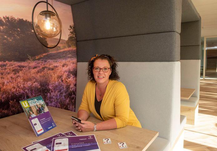 Karin Joling van Uwoon geeft uitgebreid uitleg over de VraagApp waarmee de woningcorporatie een proef is gestart.