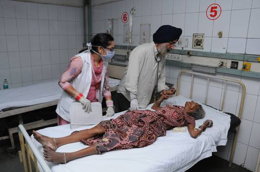 Een gewonde vrouw wordt behandeld in een ziekenhuis in Amritsar