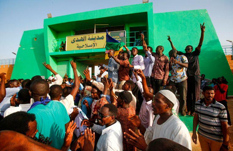 Soedanezen vieren de vrijlating van gevangen van het regime onder Omar al-Bashir, juli 2019. Beeld AFP