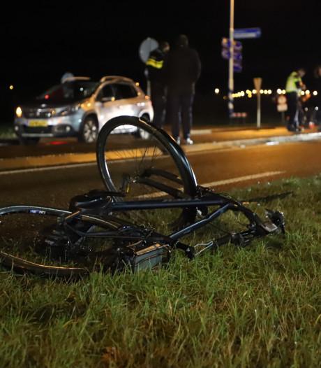 Auto schept overstekende fietser in Rumpt, slachtoffer naar ziekenhuis