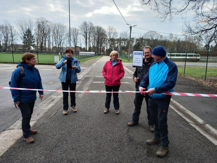Voorzitter Jan Laenen knipte op donderdag 8 april het lint door om de wandeling officieel te openen. Leden Monique, Riet, Greet en Jef keken goedkeurend toe.