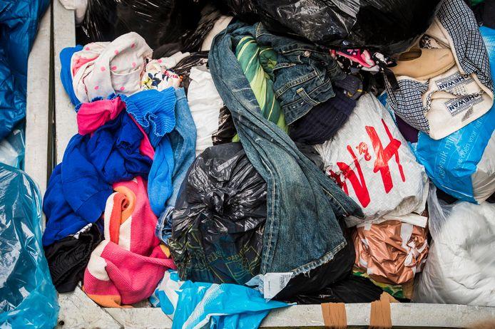 Containers met ingezamelde tweedehands kleding