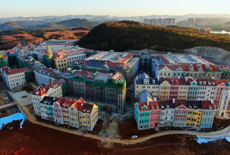 Het lijkt een historische stad, maar is een datacentrum van de Chinese telecomgigant Huawei in Guiyang. Beeld Getty Images