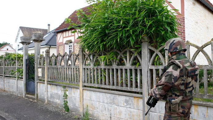Een soldaat bewaakt een straat in Saint-Étienne-du-Rouvray