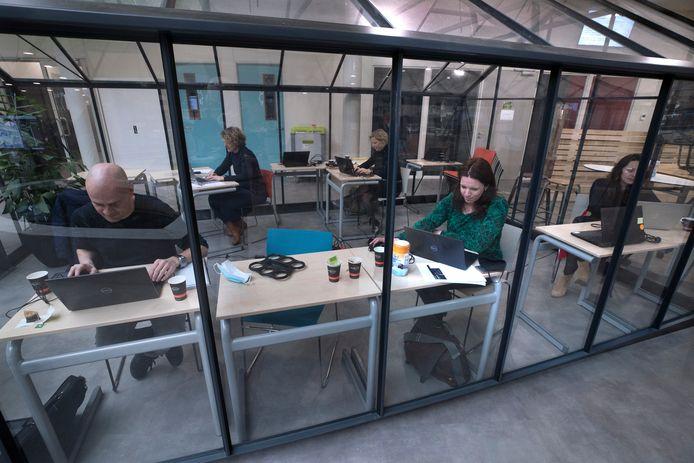 Leerlingen en docenten chatten met digitale bezoekers van de open dag van het Zone.college in Doetinchem.