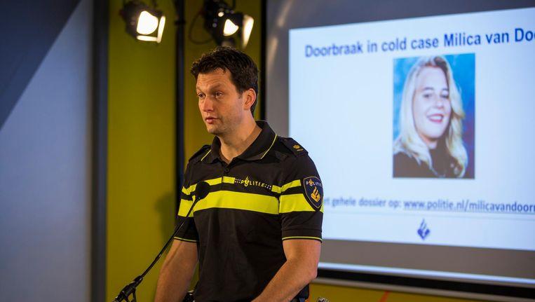 Een politiemedewerker tijdens de persconferentie over de dna-hit in de zaak Milica van Doorn. Beeld anp