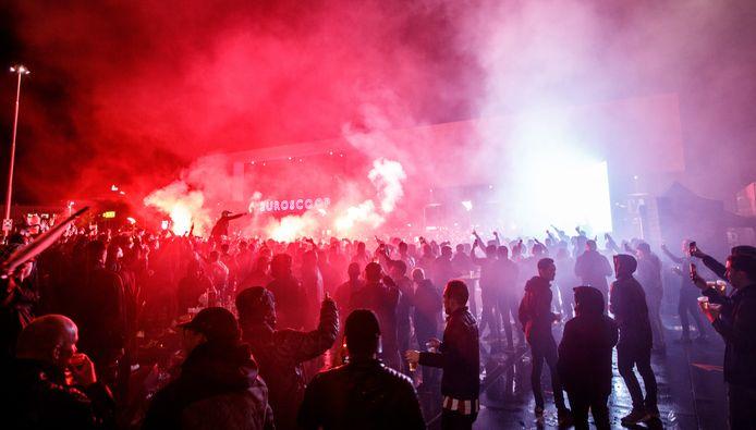 Fans van Willem II kijken op een groot scherm naar de wedstrijd tegen Rangers FC.